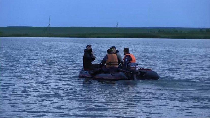 Поплыли на лодке кататься сын с мамой